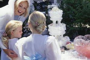 Comment faire un gâteau de mariage à plusieurs niveaux avec des rubans et des arcs