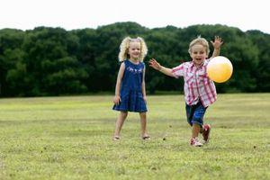 Comment encourager l'amitié entre les enfants d'âge préscolaire