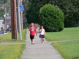 Enseigner la sécurité des enfants en marchant dehors