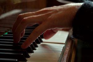 Comment puis-je jouer Horror Movie Themes sur le piano?