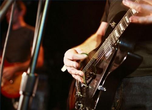 Comment utiliser un Pick-to jouer de la guitare basse