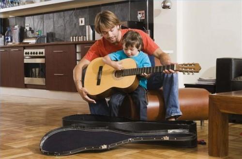 Comment tenir une guitare alors qu'il était assis