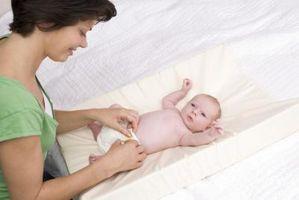Comment nettoyer un cordon ombilical Stump sur un nouveau-né