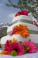 Comment décorer un gâteau de mariage Utilisation des fleurs artificielles